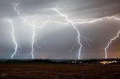 Orage et éclairs au dessus de la campagne en été - France
