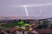 Orage et éclairs au dessus d'un village en été - France ; impacts de polarité positive