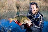Femme présentant une Perche - Franche-Comté France ; Pêche du carnassier au leurre artificiel