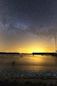 Voie lactée et Plancton phosphorescent - Ile d'Hœdic France ; Des planctons phosphorescents illuminent la grève où viennent mourir de petites vagues. Dans le ciel, la Voie lactée au niveau des Trois Belles d'Eté.