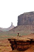 Cavalier Navajo sur surplomb rocheux - Monument Valley Utah ; posant pour les touristes