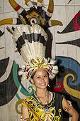 Woman wearing a traditional Dayak hat with Hornbill feathers ; Batu Majang Long House<br>WWF-Indonesia