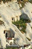 Turquie. Cappadoce. Village de Göreme. Capitale du tourisme en Cappadoce, Göreme a été batie au milieu des cheminées de fée et la moitié des habitations et hotels sont encore troglodytes