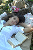 Relaxation and reading in the shade in the garden - Well-being - Holidays and tranquility