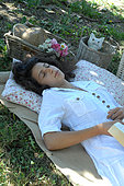 Siesta in the countryside under a tree in the shade - Garden relaxation and wellness