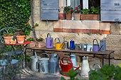 Collection d'arrosoirs sur un banc, Provence, France