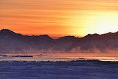 Brumes sur le Scoresbysund au soleil couchant. Groenland , février 2016