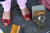 Urban Beekeeping - Erica's red shoes are a feminist symbol in beekeeping. Beekeeping is changing and more and more women are becoming interested in it. It's the end of the stereotype of the beekeeper with his long beard. Germany