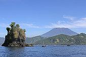 Ilot volcanique de Laves en coussins et volcan Agung, Candidasa, Bali, Détroit de Lombok, Indonésie