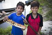 Children coming back from hunting palm weevil larva (Rhynchophorus ferrugineus) Pulau Siberut, Sumatra, Indonésie