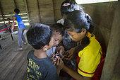 Enfants et adolescents intéressés par un téléphone portable, Pulau Siberut, Sumatra, Indonésie