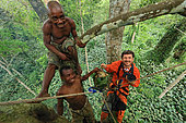 The pygmy canopy honey. Honney hunters and the photographer Eric Tourneret. Sangha, Congo