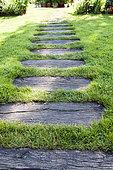 Allée réalisée avec des traverses de chemin de fer en bois dans un jardin, été, Moselle, France