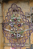 Ecological Funeral, crowns of glass beads, Wicker casket, France