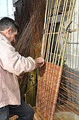 Fabrication d'un cercueil en osier pour funérailles écologiques