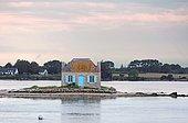 Ancienne maison de gardien de parc à huîtres à la tombée de la nuit, Ria (estuaire) du fleuve Etel, Morbihan, Bretagne, France