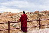 Moine et Paysages érodés de Danxia, classé Patrimoine Mondial de l'UNESCO, Zhangye, Province du Gansu, Chine