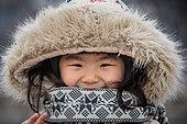 Adolescente coréenne dans les rue de Séoul en hiver, portant un chapeau