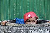 Enfant ou adolescent avec un chapeau, casquette ou objet sur sa tête.