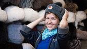 Adolescente russe dans un magasin a Moscou entrain d'essayer des chapeaux russes