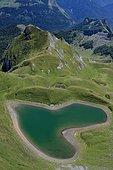 Lac du Montagnon en forme de coeur, Vallée d'Ossau, Pyrénées, France