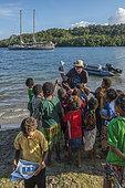 Expédition Tara Pacific - novembre 2017 Tara au mouillage près du village de l'île Normanby, Papouasie-Nouvelle-Guinée, le capitaine Simon Regal distribue des brochures éducatives à son arrivée.