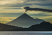 Expédition Tara Pacific - novembre 2017 Volcan Ulawun émettant de la vapeur passive, Mer de Bismarck, Papouasie-Nouvelle-Guinée, le mont Ulawun est la plus haute montagne de l'archipel de Bismarck à 2334 m d'altitude et l'un des volcans les plus actifs de Papouasie-Nouvelle-Guinée. La première éruption enregistrée d'Ulawun remonte à 1700; 22 éruptions ont été enregistrées depuis le 18ème siècle, la dernière en 2014.