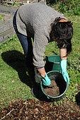 Lasagne ; planter des fruitiers en lasagne. Dans des sols pauvres, rocailleux, argileux ou simplement enherbés, la lasagne est une solution magique pour planter des fruitiers.