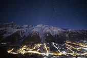 Massif du Mont-Blanc en début de nuit, et ciel étoilé. Mont-Blanc et Aguille du Midi. Les Houches en contrebas (Haute-Savoie)