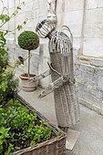 Sculpture en osier dans le jardin de la Basilique Notre Dame de Boulogne sur mer, été, Pas de Calais, France