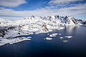 Vue panoramique depuis un hélicoptère, la côte avec les montagnes et la mer, autour de Tasiilaq, Groenland oriental