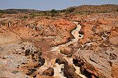 Rivière Betsiboka, grande rivière du Nord-Ouest, rapides charriant de la latérite et roches affleurantes à la saison sèche, Nord-Ouest Madagascar