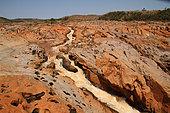 Rivière Betsiboka grande rivière du Nord-Ouest rapides charriant de la latérite et roches affleurantes à la saison sèche, Nord-Ouest Madagascar