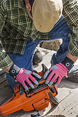 Winter equipment preparation: dismantle the crankcase of a chain saw. The chain and the guide must be deposited for the winter.