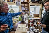 Les hivernants viennent récupérer a la gérance postale de Dumont d'Urville les très attendus colis envoyés par leurs proches, via l'Astrolabe, Terre Adélie, Antarctique