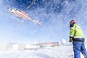Déchargement de l'Astrolabe par hélicoptère sur la base antarctique Dumont D'urville. Serge Drapeau IPEV, Terre Adélie, Antarctique