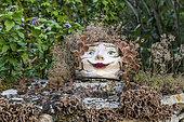 Décoration sur un muret de jardin, été, Lot, France