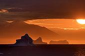 Coucher de soleil sur les icebergs dans le Scoresbysund, Groenland Nord Est