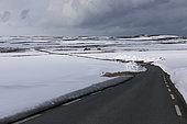Route dans la toundra à la fin de l'hiver, Norvège