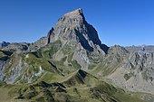 Vue depuis le Pic du Chérue sur le col de Suzon et la face Nord Est du Pic du Midi d'Ossau, PN des Pyrénées, France
