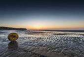 Bouée à marée basse sur la plage de Sangatte, Hauts de France, France