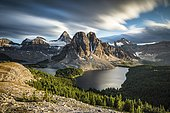 Mont Assiniboine, mont Sunburst, lac Magog, lac Sunburst et lac Cerulean vus depuis le sommet du mont Nublet, Montagnes Rocheuses canadiennes, Parc provincial du mont Assiniboine, Colombie-Britannique, Canada