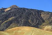 Laves noires riches en obsidienne sur les flancs du Teide. Le Teide est un immense strato volcan de l'ile de Tenerife, aux Canaries. Il mesure 3718 m au dessus de l'océan, mais près de 7000 m depuis sa base sur le plancher océanique, ce qui en fait le 3eme édifice volcanique connu. Il provient de l'activité d'un point chaud qui a formé l'archipel des Canaries au cours de déplacement de la plaque africaine.