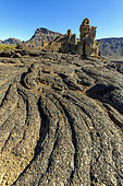 Laves cordées dans la caldeira de las Cañadas del Teide. Le Teide est un immense strato volcan de l'ile de Tenerife, aux Canaries. Il mesure 3718 m au dessus de l'océan, mais près de 7000 m depuis sa base sur le plancher océanique, ce qui en fait le 3eme édifice volcanique connu. Il provient de l'activité d'un point chaud qui a formé l'archipel des Canaries au cours de déplacement de la plaque africaine.