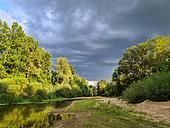 Ciel d'orage au dessus d'un bras secondaire de la Loire, Val de Loire, France