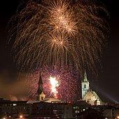 Fireworks over Schwaz on New Year's Eve with Spitalskirche and parish church, Schwaz, Tyrol, Austria, Europe