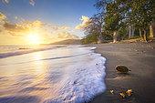 Coucher de soleil sur la petite plage de Mtsanga m'titi perdu dans le sud de Mayotte.