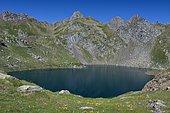 Lac Bersau enserré par les grès rouges du Permo-Trias, PN des Pyrénées, Vallée d'Ossau, Pyrénées Atlantiques, France