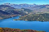 Lac de Serre Ponçon vu de Pontis. Vue sur le Gapençais, le Champsaur et le Devoluy, Hautes Alpes, France