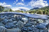 Vue mi-air mi-eau de la Bonne, à hauteur du village de Valbonnais, dans la Matheysine, Isère, Auvergne Rhône Alpes, France